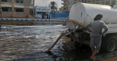 صور.. إزالة تجمعات مياه الأمطار من بعض شوارع مدينة مرسى مطروح