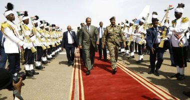 Photos .. Eritrea President arrives in Sudan to meet the proof and Hamdouk