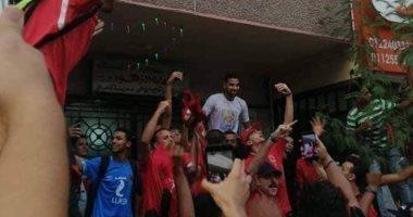 فيديو.. جمهور الأهلى يدعم مؤمن زكريا أمام منزله