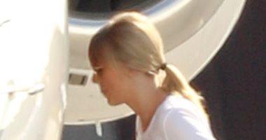 صور.. شاهد تايلور سويفت تستقل طائرتها مع صديقها جو الوين