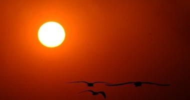 مناظر خلابة لحظة غروب الشمس تحت سماء الكويت