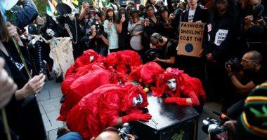 """احتجاجات ضد أسبوع الموضة فى لندن تحت شعار """" الأزياء إبادة للبشر"""""""