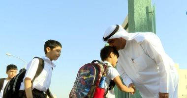 مدير مدرسة كويتية يستقبل الطلبة أمام البوابة يومياً