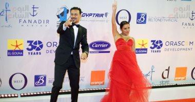 أحمد داوود وزوجته علا رشدى على السجادة الحمراء فى حفل افتتاح مهرجان الجونة