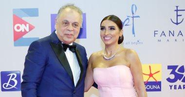 أشرف زكى وروجينا ورايا أبى راشد على السجادة الحمراء لحفل افتتاح مهرجان الجونة