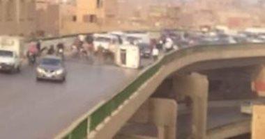 صور ..انقلاب سيارة يغلق محور صفط اللبن بالطريق الدائرى