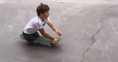 شاهد.. طفل روسى مبتور القدمين يحترف التزلج