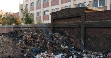 شكوى من تراكم القمامة بالقرب من المعهد الأزهرى فى قرية الرملة بالقليوبية