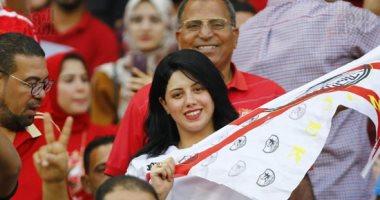 زملكاوية تشجع الروح الرياضية بمدرج جمهور الأهلى فى السوبر المصرى