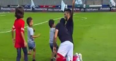 """الاهلي بطل السوبر.. أحمد فتحي يحتفل مع ولاد """"الشحات"""""""