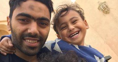قصة صور .. حسين الشحات فى لحظات المرح مع أبنائه