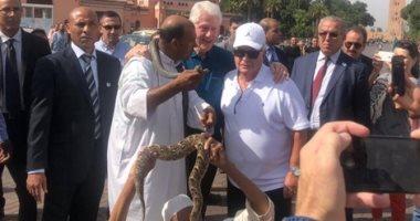 لحضور عيد ميلاد صديقه اليهودى.. بيل كلينتون يروض الثعابين فى مراكش
