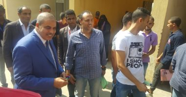 صور.. رئيس جامعة الأزهر يوزع الأقلام على الطلاب فى أول يوم دراسة