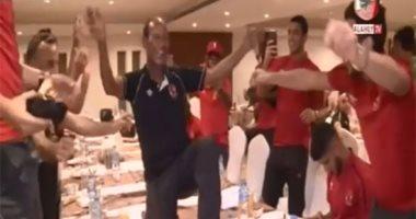 """شاهد..""""رقص"""" عم حارس مع لاعبى الأهلى بعد التتويج بالسوبر"""
