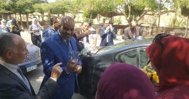 """صور.. رئيس جامعة الأزهر يوزع """"مجات"""" على الطالبات فى أول أيام الدراسة"""