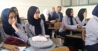 صور.. حضور مرتفع لطالبات الثانوية العامة أول يوم دراسى بمدارس الجيزة