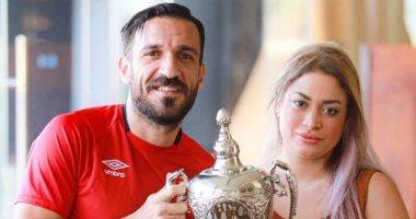 علي معلول ينشر صور جديدة برفقة زوجته مع كأس السوبر