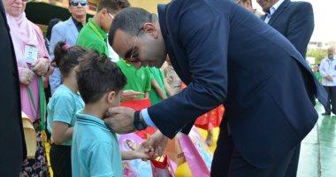 نائب محافظ الإسماعيلية يشارك الطلاب طابور الصباح وتحية العلم ويكرم أبناء الشهداء
