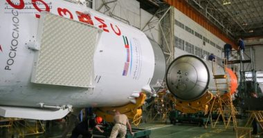 شاهد.. علم الإمارات يزين مركبة الفضاء قبل انطلاقها إلى المحطة الدولية الأربعاء المقبل