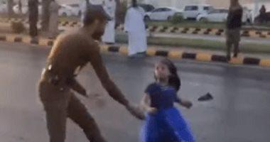 شاهد شجاعة ظابط سعودى أنقذ طفلة خلال احتفالات اليوم الوطنى.. فيديو