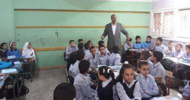 التعليم تتابع وصول الكتب المدرسية إلى الطلاب فى المدارس.. صور