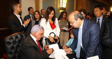 زاهى حواس يوقع كتابه أسرار مصر بحضور وزراء وفنانين وسفراء