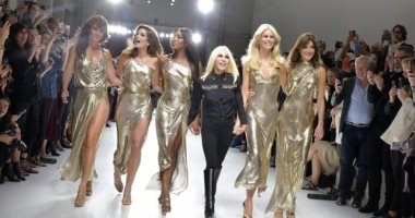 ناعومى كامبل تختتم عرض أزياء إيف سان لوران لربيع 2020 فى أسبوع الموضة بباريس