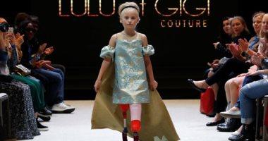 طفلة مبتورة الساقين تشارك فى عروض أزياء أسبوع الموضة بباريس