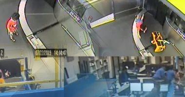 فيديو.. طفل يتسلل ويصعد على حزام نقل حقائب المسافرين بأحد مطارات أمريكا