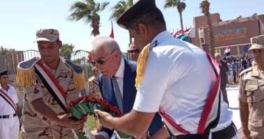 فيديو وصور.. محافظ جنوب سيناء ومدير الأمن يضعان اكليلا من الزهور على النصب التذكارى لشهداء