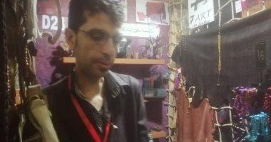 """صور.. أحد أبناء العريش يعرض مصنوعاته الجلدية داخل معرض """"تراثنا"""""""