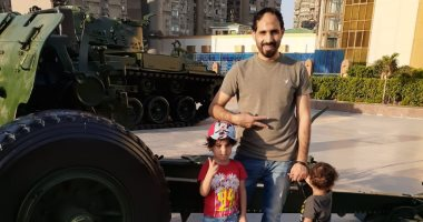 صور.. محمود يحتفل مع أطفاله بذكرى النصر فى بانوراما أكتوبر