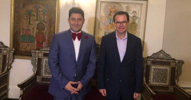 """سفير فرنسا بمصر يشاهد مسرحية """"المتفائل"""" وأحمد شاكر في استقباله .. صور"""