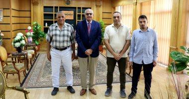 رئيس جامعة المنصورة يكرم عاملين لأمانتهم فى تسليم مبلغ مالى كبير لطالبة ماليزية