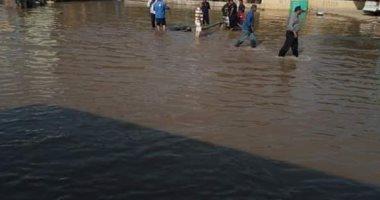 شكوى من غرق شارع العزبة بمنطقه السيل فى أسوان بالمياه إثر كسر خط المياه