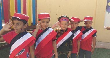 أطفال أحد المدارس بالهضبة الوسطى يحتفلون بانتصارات أكتوبر بتحية العلم