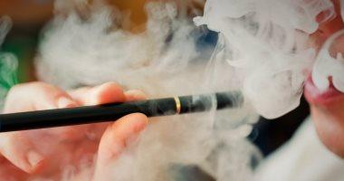 صحيفة بريطانية: ارتفاع قتلى السجائر الإلكترونية لـ26.. وإصابة 1080 بأمراض الرئة