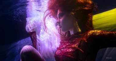 صور.. مهرجان بالشارقة يقدم عرضا للأزياء تحت الماء