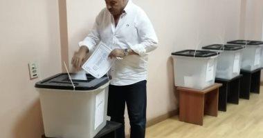 صور.. رئيس لجنة الصحة بمجلس النواب يدلى بصوته فى انتخابات الأطباء بالأقصر