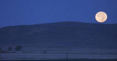 قمر التربيع الأول يزين سماء مصر والوطن العربى وينهى مسافة مداره حول الأرض