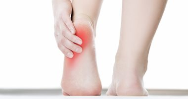 لماذا يحدث ألم كعب القدم ومتى يحتاج علاجا اليوم السابع