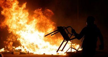 حرق سيارات وسحل متظاهرين.. ارتفاع وتيرة العنف بين الشرطة والمحتجين فى كتالونيا
