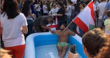 5 مشاهد طريفة من مظاهرات لبنان.. الجوكر والفرح وحمام سباحة فى قلب الميدان -