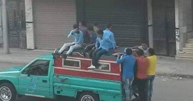 اضبط مخالفة.. طلاب يستقلون أسطح سيارات النقل للذهاب إلى مدارسهم فى دمياط