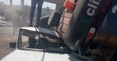 """صور.. انقلاب مقطورة """"زلط"""" فوق سيارة بالعاشر من رمضان بمنطقة زيزينا"""