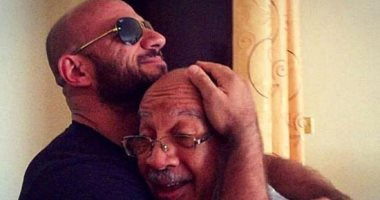 """أحمد مكى يرثى والده بآخر صورة جمعتهما: """"ستظل فى قلبى"""""""