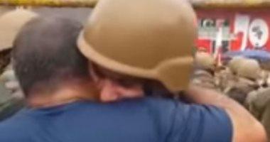 """""""لحظة إنسانية"""".. شاهد متظاهر يحتضن جندى من عناصر الجيش اللبنانى"""