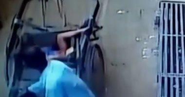 فيديو .. طفل بـ7 أرواح ينجو بطريقة غريبة بعد سقوطه من الطابق الثانى
