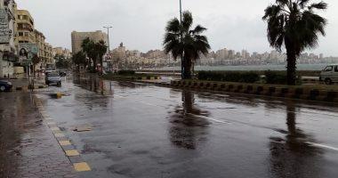 طقس الإسكندرية.. سيولة مرورية بطريق الكورنيش بعد كسح مياه الأمطار (صور)