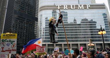 صور..مظاهرات بمحيط فندق ترامب بشيكاغو رفضا لزيارة الرئيس الأمريكى وزوجته